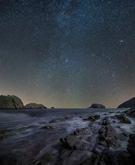 Composto de paisagem noturna na praia da costa norte da espanha