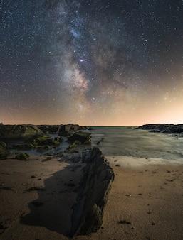 Composto de paisagem noturna na praia dentro do parque natural da costa sul da espanha