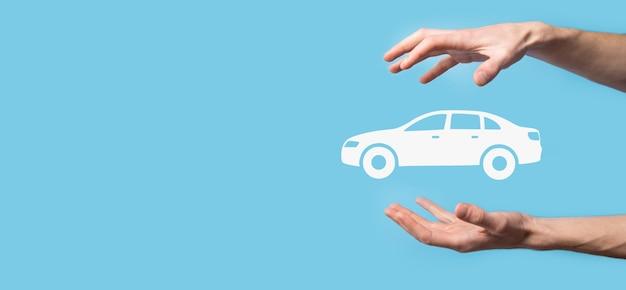 Composto digital de homem segurando o ícone de carro. seguro de automóvel de carro e conceito de serviços de carro. empresário com oferta de gesto e ícone do carro.