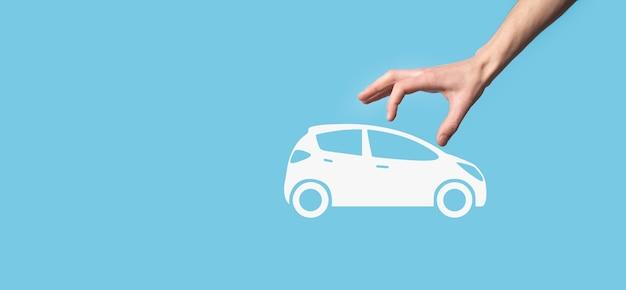 Composto digital de homem segurando o ícone de carro. seguro de automóvel de carro e conceito de serviços de carro. empresário oferecendo gesto e ícone de carro