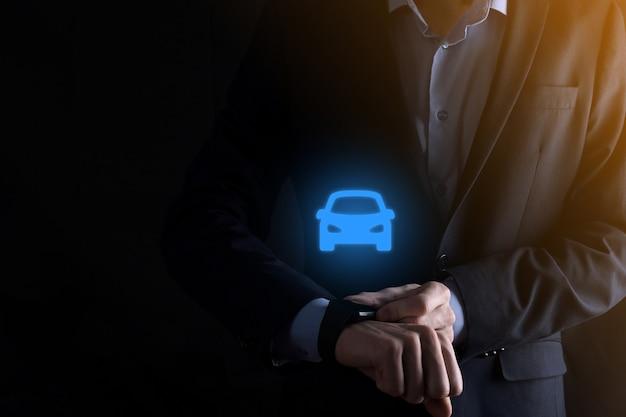 Composto digital de homem segurando o ícone de carro. seguro de automóvel de carro e conceito de serviços de carro