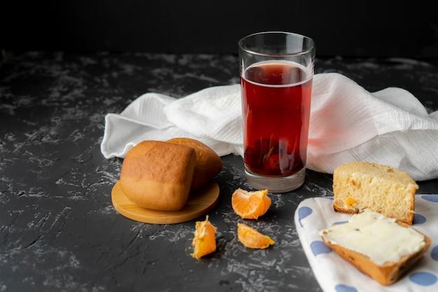 Compota de casa quente fresca fervida e pães leves sobre uma superfície de grunge