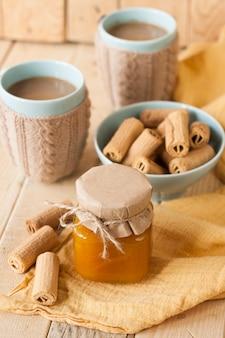 Compota de maçã, biscoitos e café com leite no café da manhã