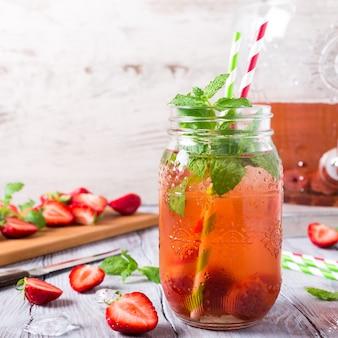 Compota de morango deliciosa caseira em frasco de vidro