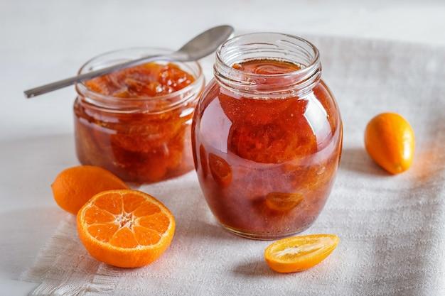 Compota de tangerina e kumquat em uma jarra de vidro