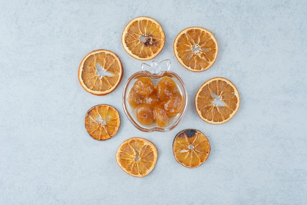 Compota doce com laranja seca em fundo branco. foto de alta qualidade