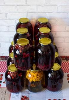 Compota em latas de cerejas
