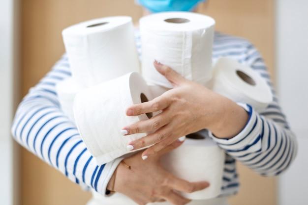 Compra de papel higiênico em pânico durante epidemia de coronavírus