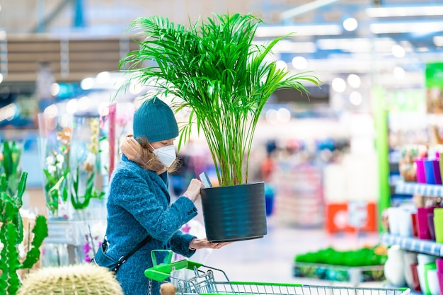 Compra de plantas em um vaso de flores no centro do jardim