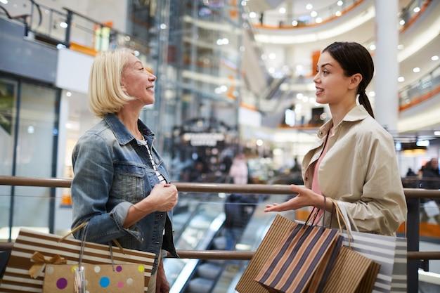 Compra de roupas com assistente de compras
