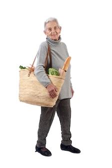 Compra indo da mulher idosa isolada no branco,