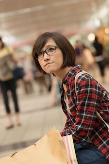Compra jovem de asiático no shopping em taipei, taiwan.