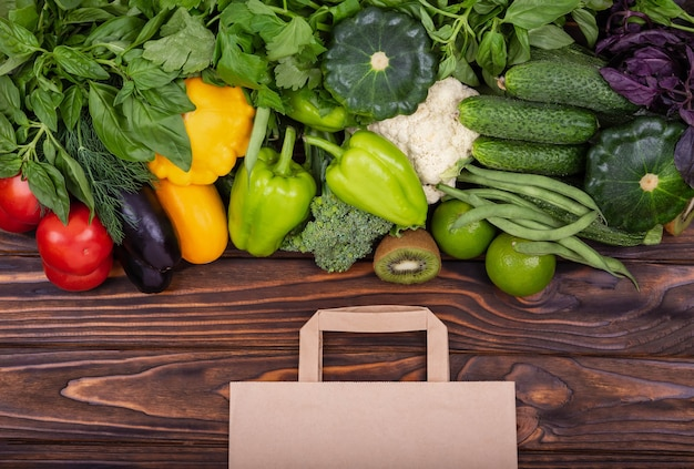 Compra online de alimentos saudáveis na mercearia na vista superior de um saco de papel