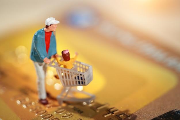 Comprador andando no cartão de crédito como pagamento e compra on-line