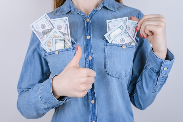 Comprador on-line de compras recebe vender empréstimo imposto vitória carteira pacote pilha pilha ok ok wed pessoas estudante conceito. foto recortada de perto de uma pessoa satisfeita ganhando dinheiro isolada em um fundo cinza