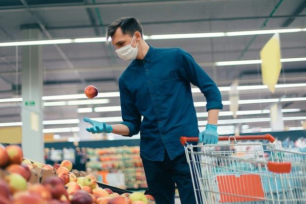 Compradores casuais que compram frutas em um supermercado durante o período de quarentena. conceito de segurança