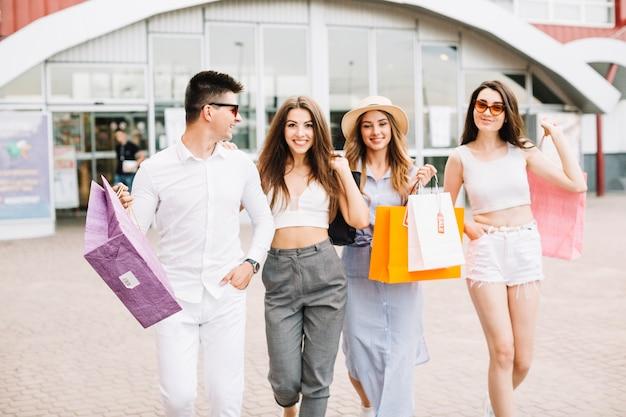 Compradores sorridentes com bolsas