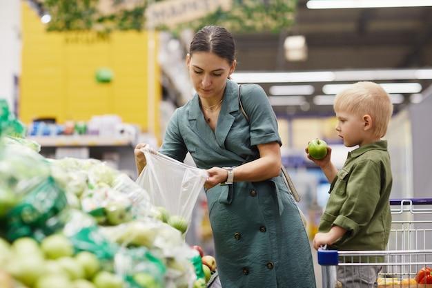 Comprando maçãs no farmers market