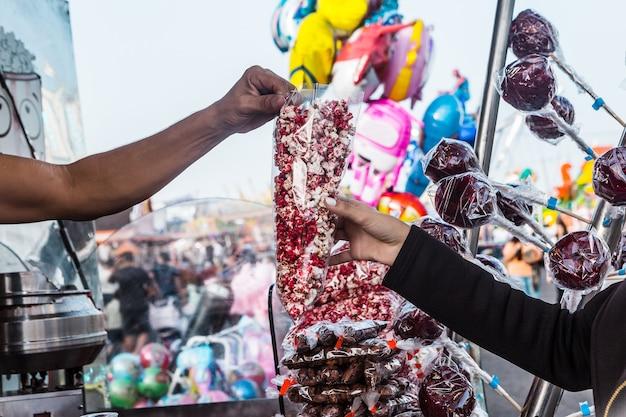 Comprando pipoca na feira