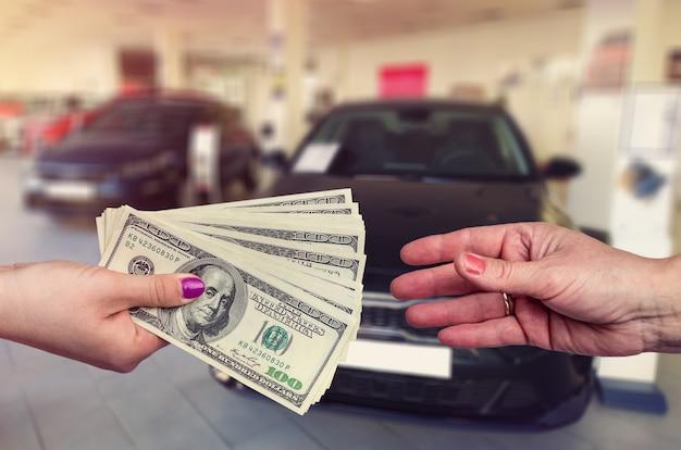 Comprando um carro novo. o comprador e o vendedor entram em um acordo para comprar ou alugar um carro.