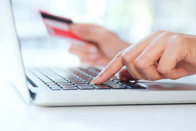 Comprar on-line use cartão de crédito para pagar on-line.