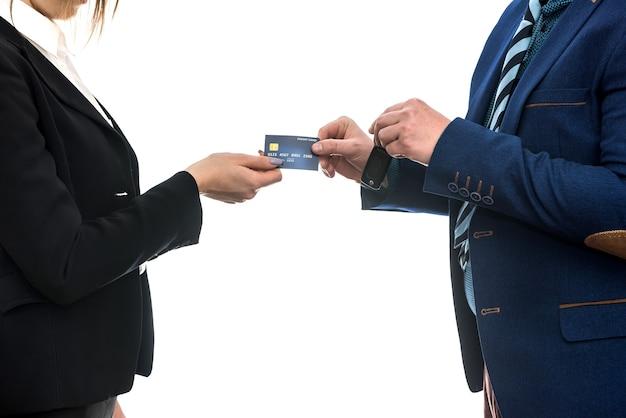 Comprar ou alugar um carro. empresários isolados no branco segurando chaves e cartão de crédito.