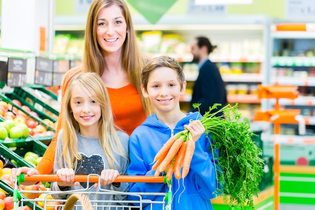 Compras de família no hipermercado