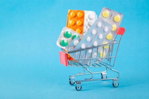 Compras de medicamentos, custos de saúde e medicamentos prescritos com um carrinho de compras cheio de pílulas