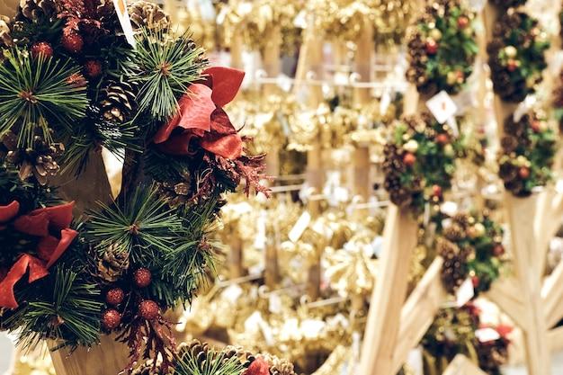 Compras de natal durante uma pandemia. armazena decorações de férias de vendas, brinquedos de bolha e enfeites de natal. clima festivo do mercado de natal