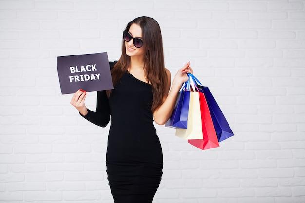 Compras. mulheres segurando espaços em branco no feriado de sexta-feira negra