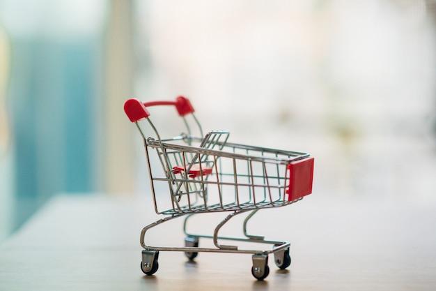 Compras on-line através de um carrinho de compras. - imagem