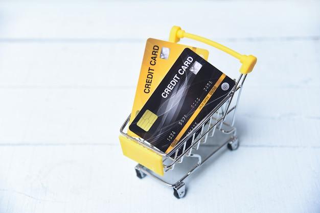 Compras on-line com cartão de crédito em um carrinho de compras