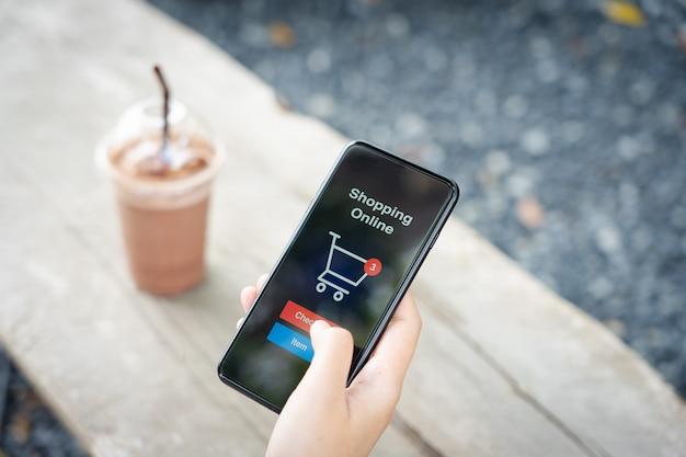 Compras on-line com serviço de entrega de smartphone e sacolas de compras