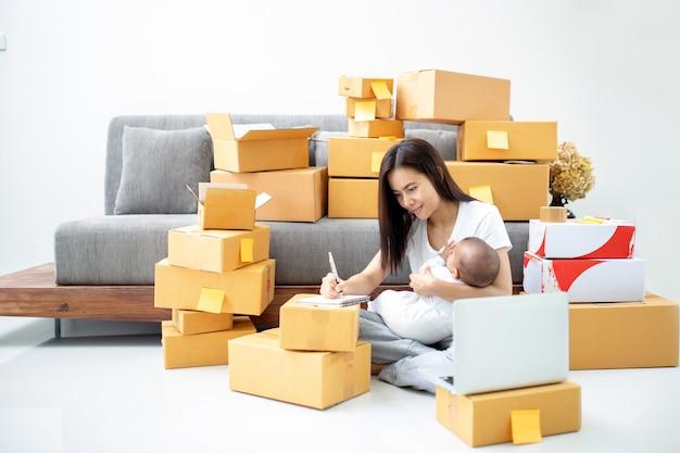 Compras on-line e conceito de mãe solteira.