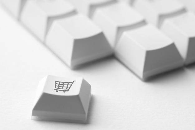 Compras on-line e ícone de negócios no teclado do computador retrô