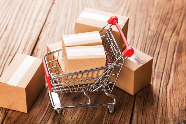 Compras on-line em casa. caixas em um carrinho de compras em um teclado de laptop
