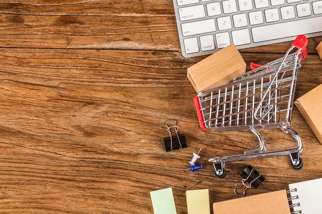 Compras on-line em casa conceito. caixas em um carrinho de compras em um teclado de laptop.