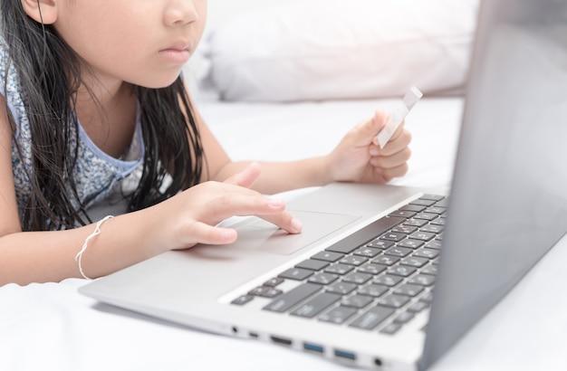 Compras on-line. mãos segurando o cartão de crédito e usando o laptop.