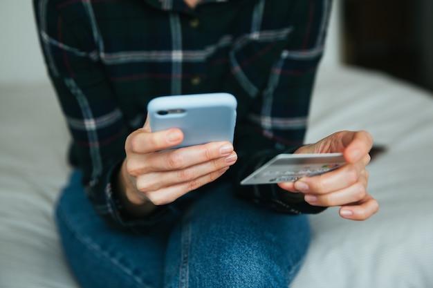 Compras on-line no conceito de internet. mulher, usando, cartão crédito, e, smartphone