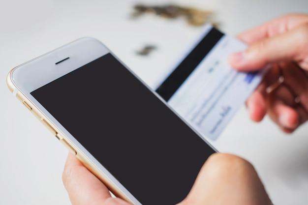 Compras on-line no telefone e pague com cartão de crédito.