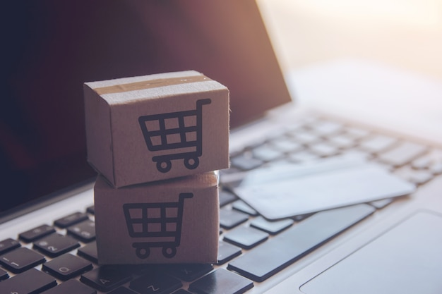 Compras on-line serviço de compras na web on-line. com pagamento por cartão de crédito no laptop