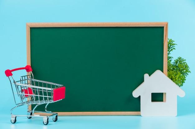 Compras on-line, um carrinho duplo colocado em uma placa verde em um azul.