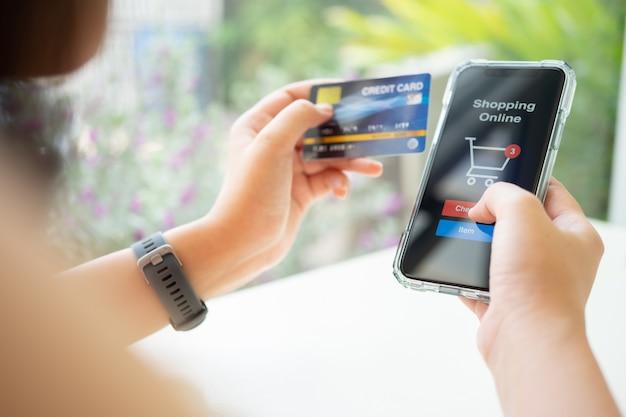 Compras online com smartphone e cartão de crédito