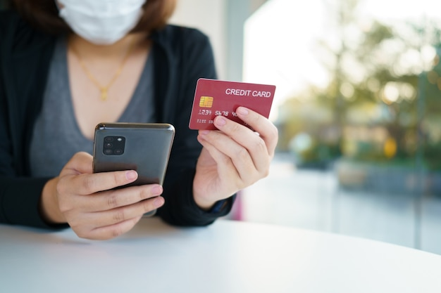 Compras online com smartphone e serviço de entrega de sacolas de compras