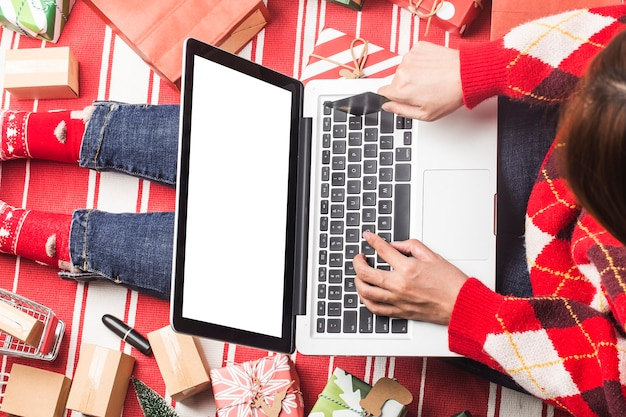 Compras online de natal. compradora com laptop, prepare-se para a véspera de natal,