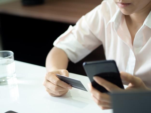 Compras online e transações online de comércio eletrônico