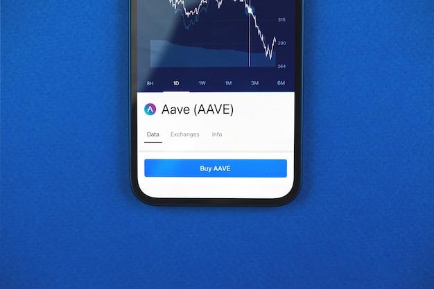 Compre criptomoeda aave por aplicativo de telefone móvel, conceito de comércio online, investimento e troca de moedas com smartphone, foto comercial e financeira