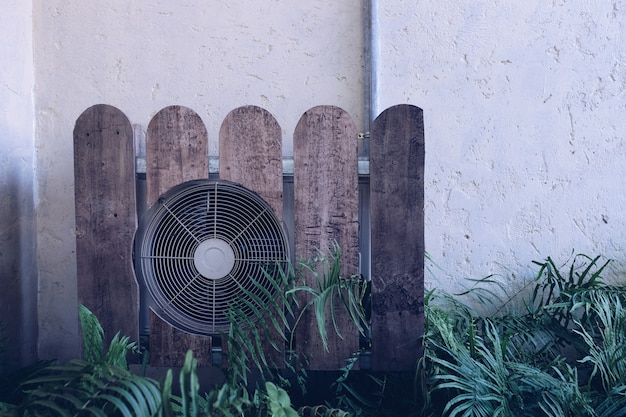 Compressor de ar condicionado instalado. ar condicionado ao ar livre.