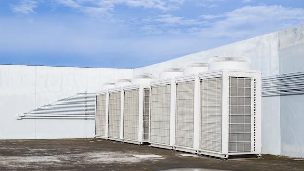 Compressor de unidade externa de ar condicionado instalado fora do edifício