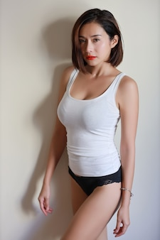 Comprimento total adulto jovem mulher asiática